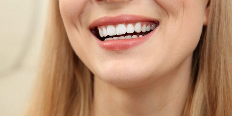 Como-tirar-placa-bacteriana-do-dente-02