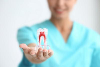 sintomas-de-dente-com-canal-inflamado-02